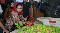 Calon Wakil Gubernur Jawa Timur Puti Guntur Soekarno melihat Batik Gedog (Liputan6.com/Dian Kurniawan)