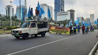 Buruh menyampaikan aspirasi di kawasan Patung Kuda Arjuna Wiwaha, Jakarta Pusat, Sabtu (1/5/2021). (Liputan6.com/Ady Anugrahadi)