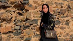Gadis kelahiran Bandung ini namanya mulai dikenal sejak bermain peran sebagai Aisyah di Cahaya Cinta pada tahun 2017 silam.  Sukses di dunia peran, sejumlah judul film dan sinetron pun sudah ia bintangi. Terbaru, ia berperan sebagai Mila di sinetron Fitri. (Liputan6.com/IG/marginw@)