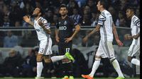 Selebrasi Dani Alves (kiri) usai mencetak gol kemenangan untuk timnnya saat melawan FC Porto pada babak 16 besar Liga Champions di Dragao stadium, Porto, (22/2/2017). (AP/Paulo Duarte)