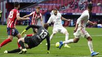 Pemain Real Madrid Karim Benzema mencetak gol ke gawang Atletico Madrid pada pertandingan Liga Spanyol di Stadion Wanda Metropolitano, Madrid, Spanyol, Minggu (7/3/2021). Pertandingan berakhir dengan skor 1-1. (AP Photo/Manu Fernandez)