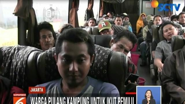 Sebagian besar penumpang mengaku pulang kampung untuk ikut pemilu Rabu esok.