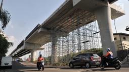 Kendaraan melintas di bawah proyek Jalan Layang Non Tol (JLNT) Pluit, Jakarta, Selasa (18/6/2019). Pembangunan JLNT yang akan menghubungkan Jalan Pluit City menuju Tol Bandara Soekarno Hatta tersebut mangkrak sejak dikerjakan pada tahun 2015. (merdeka.com/Iqbal Nugroho)