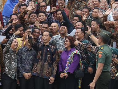 Presiden Joko Widodo atau Jokowi foto bersama perwakilan nelayan seluruh Indonesia di Istana Negara, Jakarta, Selasa (22/1). Jokowi mengingatkan para nelayan serta pengusaha perikanan untuk menggunakan Bank Mikro Nelayan. (Liputan6.com/Angga Yuniar)