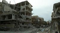 Kondisi Kota Douma di timur Ghouta yang bangunannya mengalami kerusakan, Minggu (25/2).  Rezim pemerintah Suriah masih terus menghujani kawasan Ghouta Timur sehingga jumlah korban tewas terus bertambah. (HAMZA AL-AJWEH/AFP)