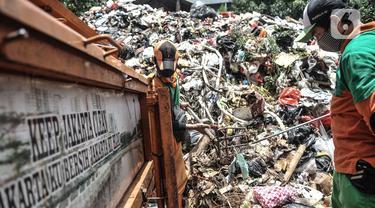 Petugas Sudin LH memilah limbah masker warga di Dipo Sampah Kecamatan Pademangan, Ancol, Jakarta, Rabu (24/2/2021). Sejak April 2020, petugas mengemban tugas baru yang penuh risiko, yakni memisahkan limbah masker warga yang bercampur dengan sampah rumah tangga. (merdeka.com/Iqbal S. Nugroho)