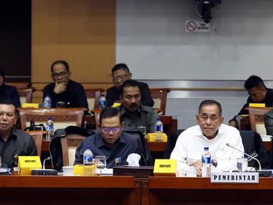 Menteri Pertahanan Ryamizard Ryacudu (kedua kanan) mengikuti Rapat Kerja dengan Komisi I DPR di Kompleks Parlemen, Senayan, Jakarta, Kamis (22/8/2019). Rapat tersebut Menhan mewakili Pemerintah membahas Pengelolaan Sumber Daya Nasional (RUU PSDN). (Liputan6.com/Johan Tallo)