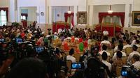 Presiden Joko Widodo (Jokowi) menerima 300 perwakilan pengelola dan nasabah Bank Wakaf Mikro di Istana Negara, Jakarta, Rabu (28/3/2018). (Titin Supriatin/Merdeka.com)