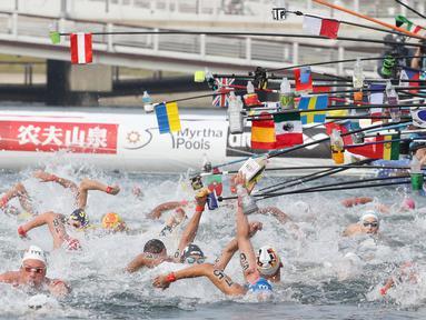 Perenang meraih botol minuman saat berlaga dalam lomba renang air terbuka nomor 10 km putra di Kejuaraan Renang Dunia di Yeosu, Korea Selatan, Selasa (16/7/2019). (HANDOUT/FINA ORGANISING COMMITTEE VIA YONHAP/AFP)
