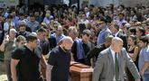 Keluarga dan kerabat menyambut kedatangan jenazah pesepak bola Nantes, Emiliano Sala, saat tiba di Club Atletico, Santa Fe, Sabtu (16/2). Emiliano Sala meninggal dunia setelah kecelakaan pesawat. (AFP/Juan Mabromata)