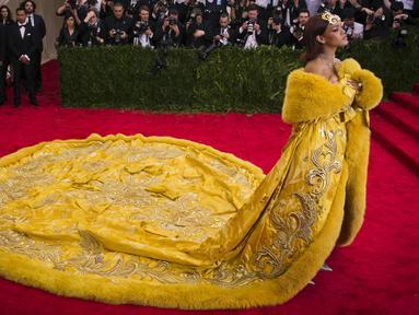 Rihanna berhasil menarik perhatian dengan tampil dalam balutan gaun panjang berwarna kuning mencolok dalam ajang Met Gala 2015 yang digelar di Metropolitan Museum of Art's Costume Institute, New York City, Senin (4/5). (REUTERS/Lucas Jackson)