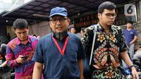 Penyidik senior KPK Novel Baswedan (tengah) saat jeda pemeriksaan kasus penyiraman air keras terhadapnya di Polda Metro Jaya, Jakarta, Senin (6/1/2020). Polisi memeriksa Novel Baswedan sebagai saksi setelah menetapkan dua tersangka penyerangan.(Liputan6.com/Johan Tallo)