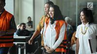 Bupati Kukar nonaktif, Rita Widyasari (kedua kanan) usai menjalani pemeriksaan di gedung KPK Jakarta, Jumat (19/1). Rita diperiksa sebagai tersangka dugaan TPPU senilai Rp 436 miliar terkait izin perkebunan kelapa sawit. (Liputan6.com/Helmi Fithriansyah)