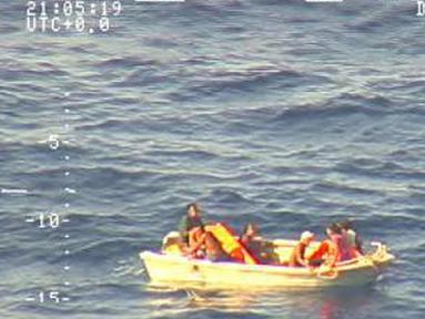 Tujuh penumpang ditemukan terombang-ambing selama empat hari di atas perahu penyelamat di tengah Samudra Pasifik, Minggu (28/1). Mereka adalah korban selamat dari peristiwa tenggelamnya kapal feri MV Butiraoi di Kiribati (HO/NEW ZEALAND DEFENCE FORCE/AFP)