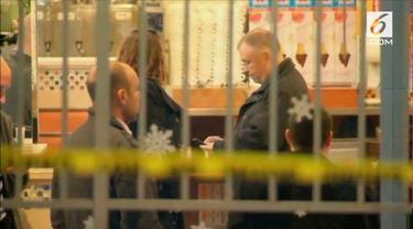 Seorang pria nekat menyerang warga dalam restoran dengan menggunakan palu. Satu orang dikabarkan tewas, sementara dua lainnya terluka di kepala.