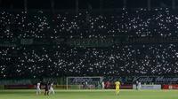 Duel Persebaya vs Tira Persikabo di Stadion Gelora Bung Tomo, Surabaya, Minggu (21/7/2019), diwarnai mati lampu. (Bola.com/Aditya Wany)