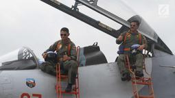 Panglima TNI Marsekal Hadi Tjahjanto (kanan) mengacungkan jempol di atas pesawat Sukhoi sebelum lepas landas di landasan pacu Lanud Halim Perdanakusuma, Jakarta, Rabu (20/12). (Liputan6.com/Pool/Agus)