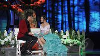 Penampilan Aliando Syarief dan Prilly Latuconsina saat beradegan dalam drama cabaret di panggung SCTV Music Awards 2015 di Studio 6 Emtek City, Jakarta, Rabu (6/5). (Liputan6.com/Herman Zakharia)