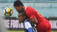Sunarto mencetak gol pada laga Arema FC kontra Barito Putera, Sabtu (24/11/2018) di Stadion Kanjuruhan, Kab. Malang. (Bola.com/Iwan Setiawan)