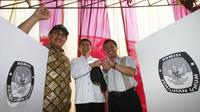 Ketua DKPP Jimly Asshiddiqie, Menpan RB Yuddy Chrisnandi, Walikota Depok Nur Mahmudi Ismail (ki-ka) memantau TPS Kampung Pilkada RW 03 di Depok, Jawa Barat, Rabu (9/12). (Liputan6.com/Immanuel Antonius)