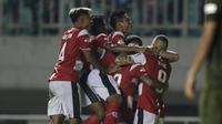 Pemain Madura United merayakan gol yang dicetak Jaimerson Silva ke gawang PS Tira Persikabo laga Shopee Liga 1 di Stadion Pakansari, Bogor (12/7). Tira bermain imbang 2-2 atas Madura. (Bola.com/Yoppy Renato)