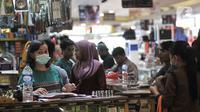 Pekerja mengenakan masker di salah satu pusat perbelanjaan kawasa Glodok, Jakarta, Selasa (3/3/2020). Sejak Senin (2/3) kemarin Pusat perbelanjaan di Glodok mendadak sepi pengunjung akibat adanya pemberitaan terkait warga Depok positif terinfeksi virus Corona. (merdeka.com/Iqbal S. Nugroho)