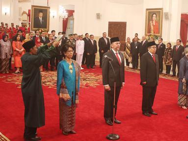 Enam Duta Besar Luar Biasa dan Berkuasa Penuh (LBBP) untuk negara-negara sahabat saat disumpah di Istana Negara, Jakarta, Kamis (18/5). Keenam duta besar ini akan ditempatkan di sejumlah negara. (Liputan6.com/Angga Yuniar)