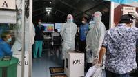 73 pasien Covid-19 di Rumah Sakit Darurat Lapangan Pangkogabwilhan II Surabaya, menggunakan hak suaranya di Pilkada 2020. (Foto: Dian Kurniawan/Liputan6.com)