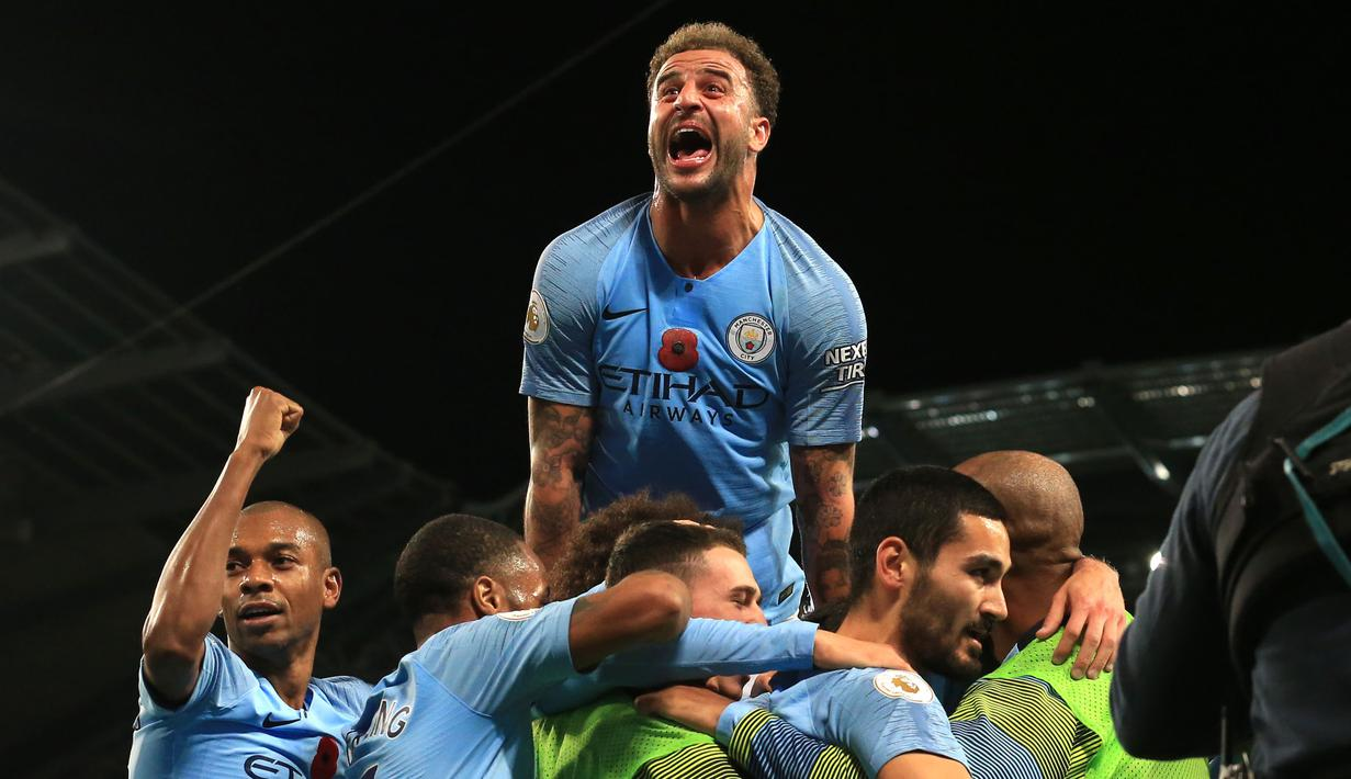 Para pemain Manchester City merayakan gol yang dicetak Ilkay Gundogan ke gawang Manchester United pada laga Premier League di Stadion Etihad, Manchester, Minggu (11/11). City menang 3-1 atas MU. (AFP/Lindsey Parnaby)
