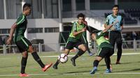 Pemain Timnas Indonesia U-23, Samuel Christianson, berusaha merebut bola saat latihan di Lapangan G, Senayan, Jakarta, Senin (21/10). Latihan ini untuk persiapan jelang SEA Games 2019. (Bola.com/M Iqbal Ichsan)