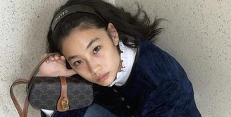 Dalam akun Instagramnya, Jung Ho Yeon kerap tampil mengenakan pakaian branded. Namun, menariknya ia tampak memesona tanpa riasan. Beberapa kali ia mengunggah potret dirinya tanpa makeup sama sekali. Instagram @hoooooyeony