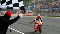Pebalap Repsol Honda, Marc Marquez, berjanji bakal tampil menggila seusai menggenggam titel juara dunia MotoGP 2016, Minggu (16/10/2016). (EPA/KImimasa Mayama)
