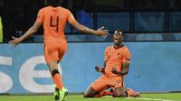 Denzel Dumfries melakukan selebrasi setelah mencetak gol ketiga timnya pada pertandingan grup C kejuaraan sepak bola Euro 2020 antara Belanda melawan Ukraina di Johan Cruyff Arena, Amsterdam pada Senin (14/06/2021). (AP/Pool/John Thys)