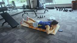 Kesehariannya menjalani serangkaian olahraga pun ia unggah lewat akun Instagram miliknya. Seperti saat dirinya berolah raga di ruangan gym ini. (Liputan6.com/IG/@randpunk)