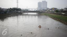 Sejumlah anak berenang di aliran kali besar Banjir Kanal Barat, Jakarta, Sabtu (11/3). Anak-anak ini mengaku nekat berenang karena tidak mampu mengakses fasilitas kolam renang ataupun sarana bermain lainnya. (Liputan6.com/Faizal Fanani)