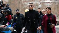 Pemain Juventus Cristiano Ronaldo menggandeng kekasihnya Georgina Rodriguez saat tiba di pengadilan di Kota Madrid, Spanyol, Selasa (22/1). Ronaldo mengikuti sidang dugaan penggelapan pajak. (AP Photo/Manu Fernandez)