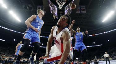 Pemain Detroit Pistons, Ish Smith terjatuh saamelakukan layup  ke jaring Oklahoma pada laga NBA basketball game di Auburn Hills, (14/11/2016).  (AP/Carlos Osorio)