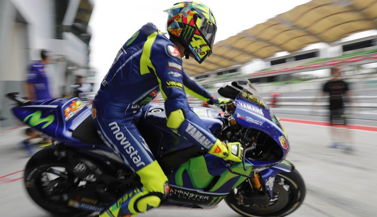 Pebalap Movistar Yamaha, Valentino Rossi, memacu motornya saat sesi latihan kedua jelang GP Malaysia di Sirkuit Sepang, Jumat (27/10/2017). Pada sesi ini pebalap Italia itu berada pada posisi keenam dengan waktu 13,071 detik. (AFP/Vincent Thian)