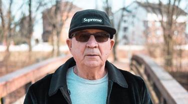Kakek asal Jerman, Alojz Abram berpose dengan menggunakan topi dan kacamata hitam. Pria yang kini berusia 71 tahun itu disebut-sebut sebagai kakek penggila tren atau hypebeast. (Instagram/jaadiee)