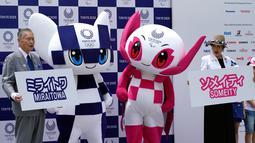 Maskot Olimpiade dan Paralimpik Tokyo 2020, Miraitowa (kiri) dan Someity (kanan) saat debut mereka di Tokyo, Jepang, Minggu (22/7). Sekitar 6,5 juta juta siswa ambil bagian dalam penentuan Maskot Olimpiade Tokyo 2020. (AP Photo/Eugene Hoshiko)