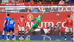 Manchester United akhirnya menambah keunggulan pada menit ke-29 melalui Bruno Fernandes. Bola hasil tembakan kaki kanannya dari tendangan bebas bersarang di sisi kiri gawang. Skor 3-0 untuk keunggulan Manchester United bertahan hingga turun minum. (Foto: AFP/Lindsey Parnaby)