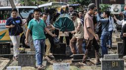 Pelayat membawa keranda jenazah berisi mantan artis cilik Cecep Reza untuk dimakamkan di TPU Layur Penggilingan, Jakarta, Rabu (20/11/2019). Cecep Reza meninggal pada usia 31 tahun karena penyakit jantung. (Liputan6.com/Faizal Fanani)