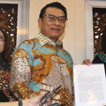 Kepala Staf Kepresidenan, Moeldoko (tengah) menerima surat permohonan pemberian amnesti kepada Presiden Joko Widodo dari terpidana kasus pelanggaran UU Informasi dan Transaksi Elektronik (ITE), Baiq Nuril Maknun di Kompleks Istana Kepresidenan, Senin (15/7/2019). (Liputan6.com/Angga Yuniar)