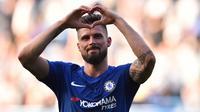 Striker Chelsea, Olivier Giroud, merayakan gol yang dicetaknya ke gawang Liverpool pada laga Premier League di Stadion Stamford Bridge, London, Minggu (6/5/2018). Chelsea menang 1-0 atas Liverpool. (AFP/Glyn Kirk)