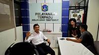 Men PAN-RB, Yuddy Chrisnandi melakukan sidak di beberapa kantor pelayanan publik, Jakarta, Jumat (2/1/2015). Tampak Men PAN-RB, Yuddy Chrisnandi (kiri) saat melakukan sidak ke kantor Kelurahan Tebet Barat Jakarta. (Liputan6.com/Miftahul Hayat)