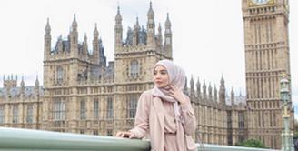 Zaskia Sungkar berpose di depan Big Ben, bangunan terkenal di London. (via instagram/@zaskiasungkar15)