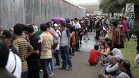 Antrean warga yang ingin membuat paspor mengular dalam acara Festival Keimigrasian 2018 di Lapangan Barat Daya Monas, Jakarta, Minggu (21/1). Sejak festival dibuka sudah lebih dari 2.000 warga yang mengantre. (Liputan6.com/Arya Manggala)