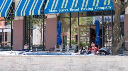 Para pelanggan menikmati makanan di sebuah restoran di Plano, Kota Dallas, Texas, Amerika Serikat, Jumat (1/5/2020). Kendati Texas mulai kembali membuka kembali kegiatan bisnisnya, jumlah pengunjung dibatasi hanya 25 persen. (Xinhua/Tian Dan)