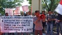 Gerakan Pemuda Intelektual (GPI) berunjuk rasa mendesak Polda Sulsel menuntaskan penanganan dugaan korupsi pengadaan bibit bawang merh, cabe dan cultivator di Kabupaten Enrekang (Liputan6.com/ Eka Hakim)