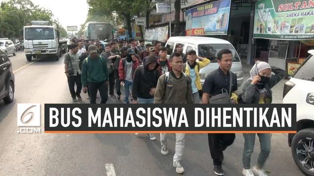 Lima bus rombongan mahasiswa asal Semarang, Jawa Tengah dihentikan Polisi Brebes. Dua dari lima harus diganti karena tidak memiliki surat-surat yang lengkap.